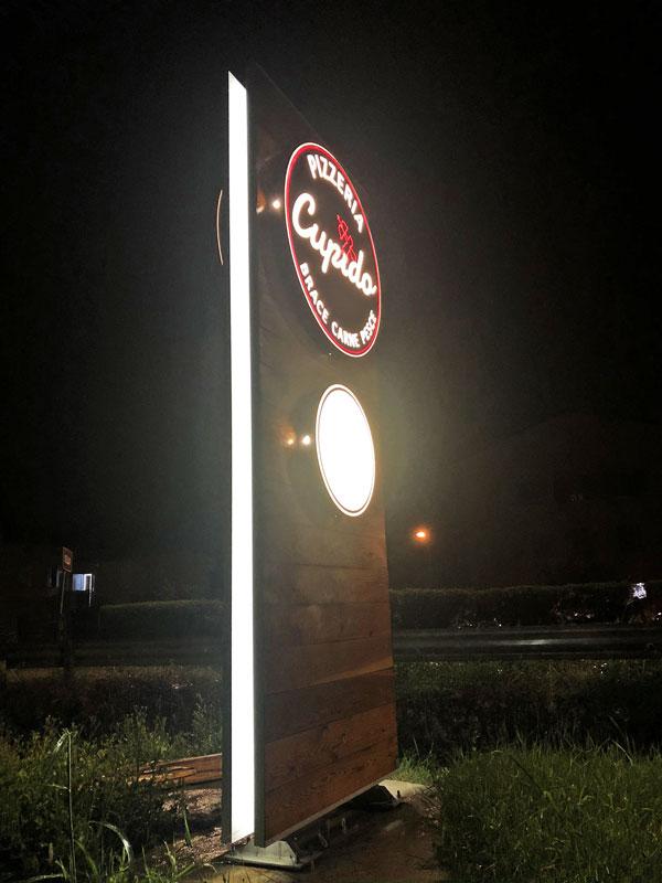 totem-aziendale-luminoso-in-legno-per-ristorante-cupido-reggio-emilia