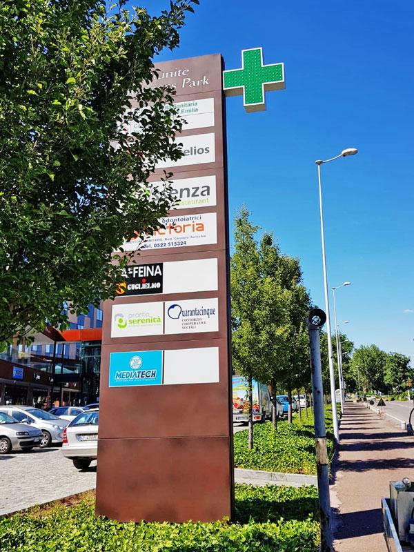 totem-luminoso-per-centri-direzionali-e-commerciali-business-park