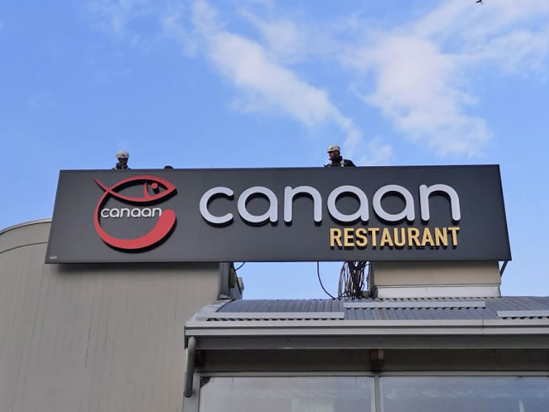 fase-di-posa-insegna-ristorante-canaan-reggio-emilia