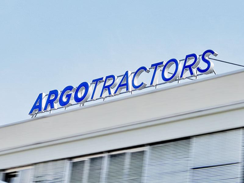 insegna-luminosa-a-lettere-scatolari-argo-tractors-fabbrico