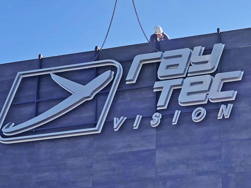 particolare-montaggio-insegna-scatolata-ray-tec-vision-parma