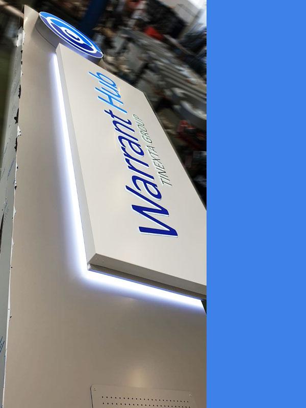 realizzazione-totem-pubblicitario-design-a-led-bonetti-pubblicita-warrant-hub-correggio