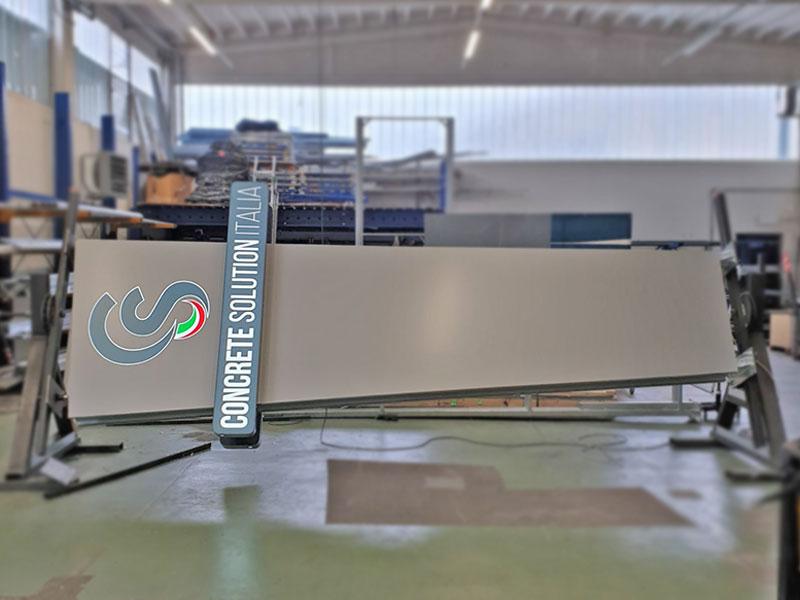 totem-a-led-personalizzato-concrete-solution-mantova