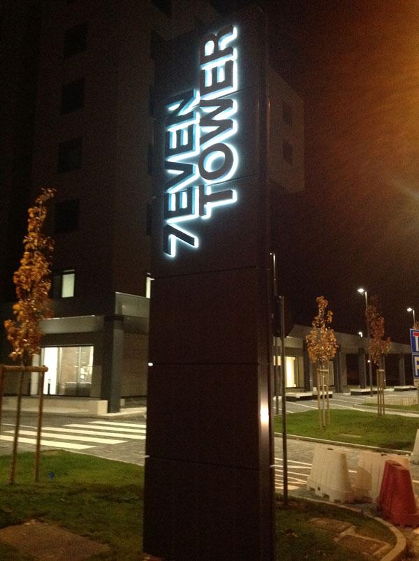 totem-design-seven-tower-luminoso