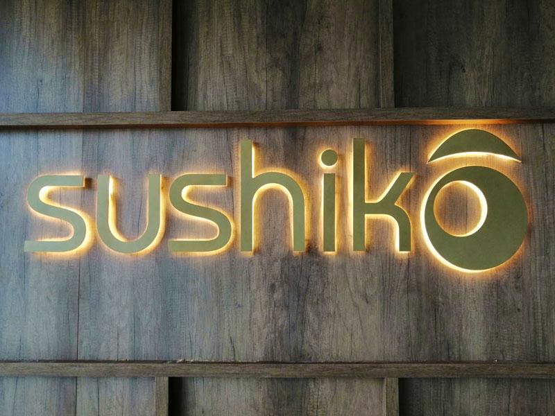 insegna-luce-calda-riflessa-sushiko-bonetti-pubblicita
