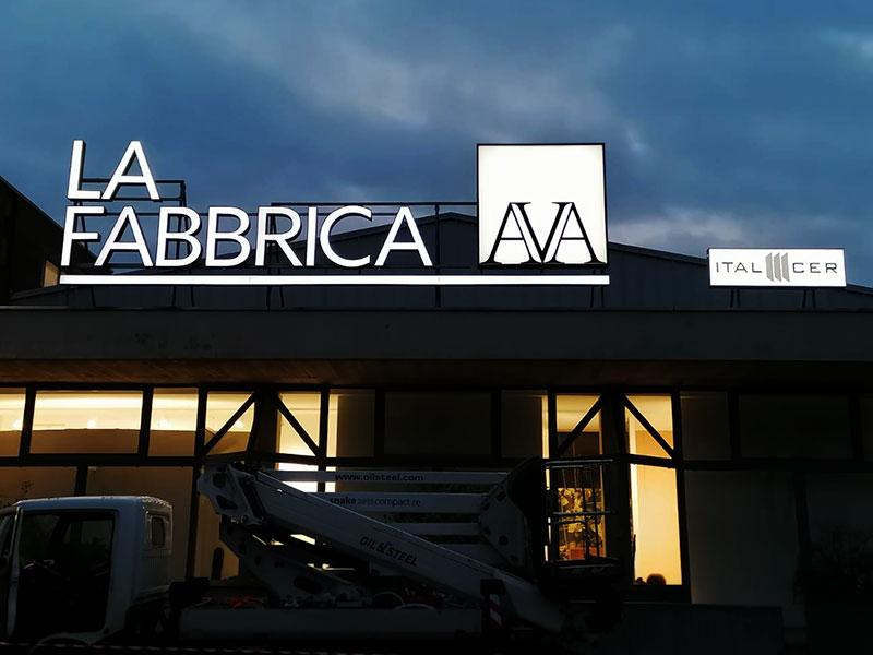 insegna-luminosa-personalizzata-a-led-ceramica-la-fabbrica-spa-Castelbolognese-Ravenna