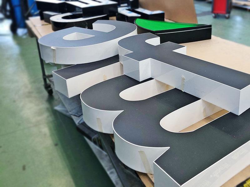produzione-lettere-scatolari-luminose-a-bolzano-bonetti-pubblicita