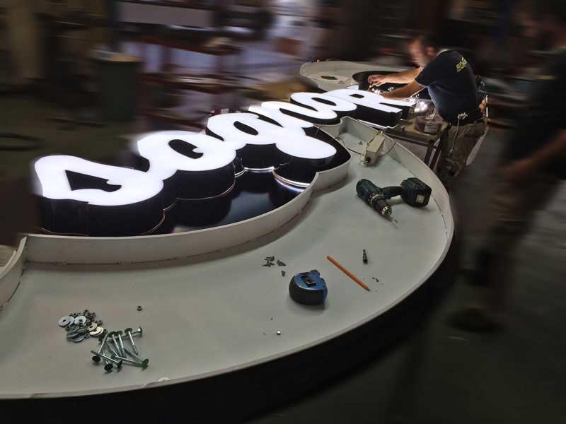 produzione-insegna-scatolare-luminosa-ruote-da-sogno-bonetti-pubblicita