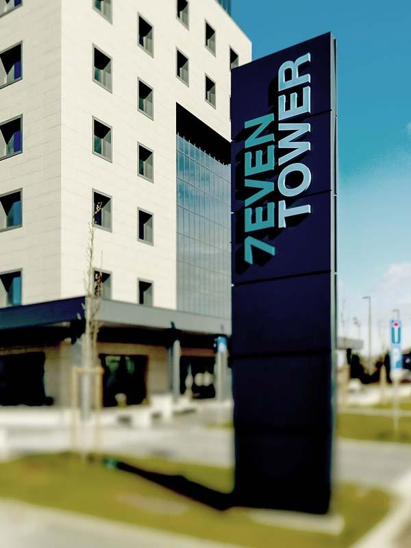 totem-luminoso-con-logo-scatolare-centro-direzionale-seven-tower