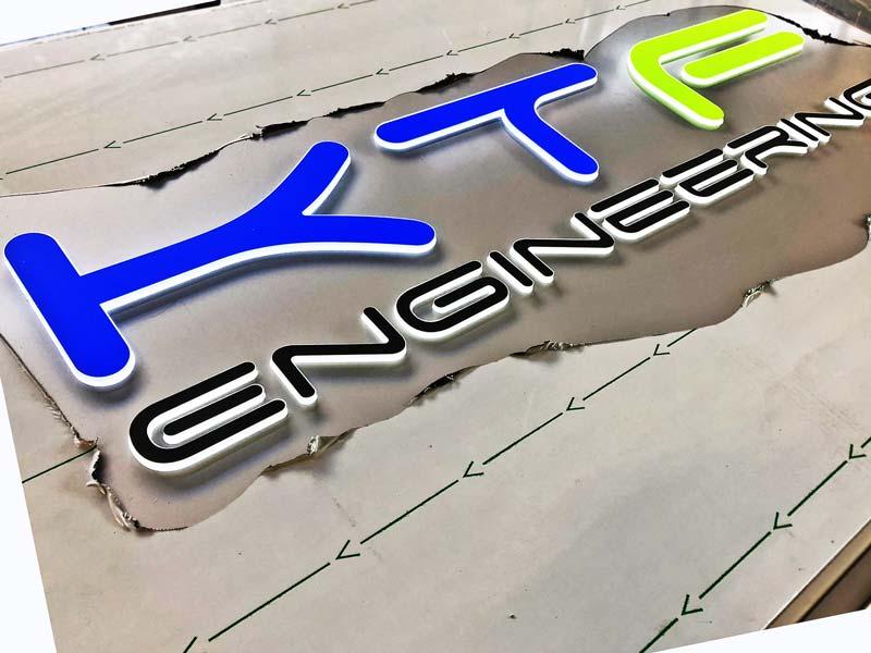 logo-in-plexi-a-rilievo-totem-ktf-engineering-a-mantova-bonetti
