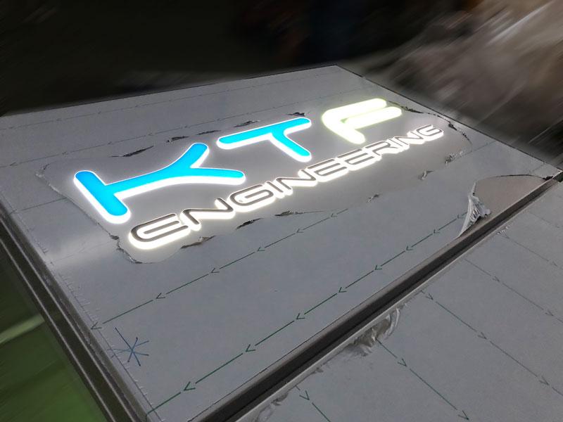 particolare-luminoso-logo-in-plexi-a-rilievo-kft-engineering