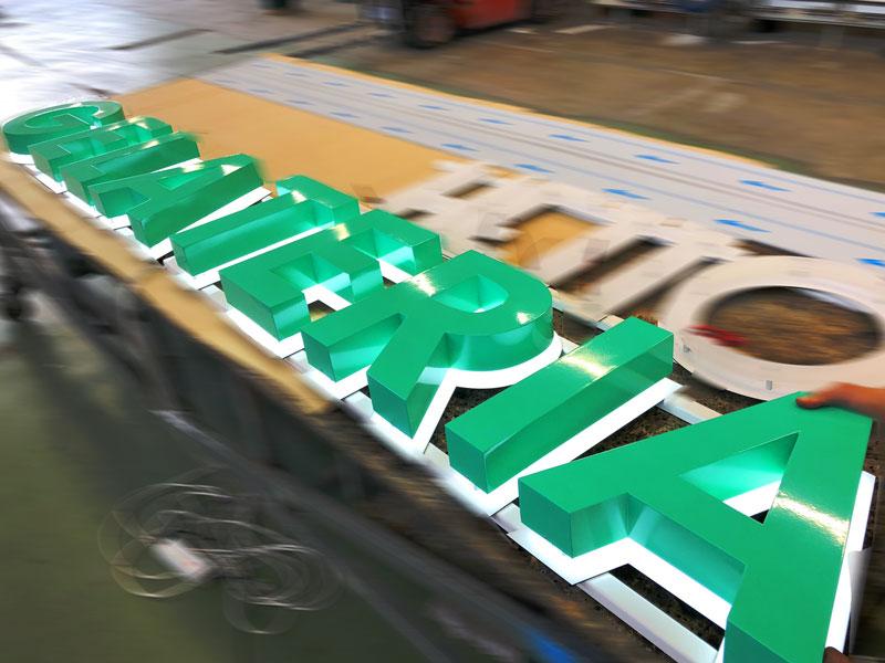 particolare-produzione-insegna-scatolare-a-luce-riflessa-gelateria-borghetto-bologna