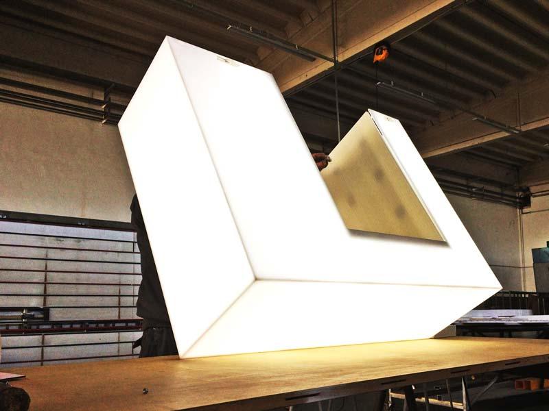 produzione-totem-design-luminoso-per-cassa-edile-piacenza-bonetti