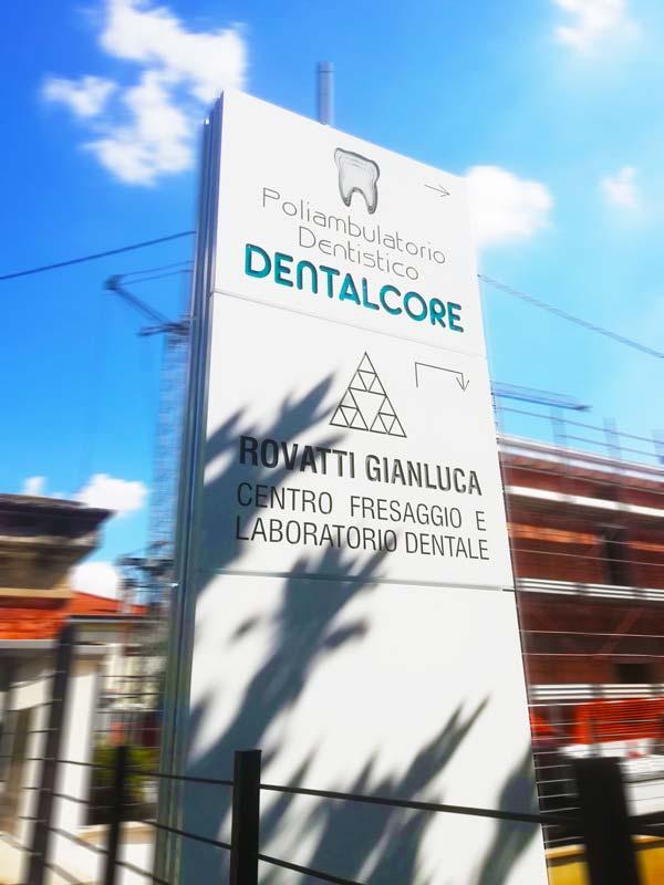 totem-pubblicitario-luminoso-per-dentisti-dentalcore-bologna-bonetti